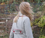 Mantel rote Knöpfe und Kragen