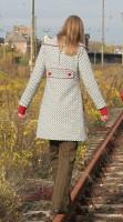 Mantel rote Paspeln und Knöpfe